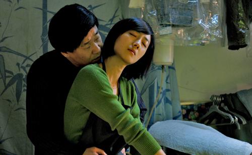 Auch der Wäschereibesitzer Rong Rong (Wang Jingchun) kann nicht die Finger von der kühlen Wu (Gwei Lun Mei) lassen.