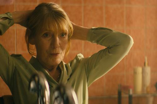 """""""Mich hat so lange keiner berührt"""", seufzt Frau Sandberg (Margit Carstensen) nachdem sie von einem Kuss ihres Fußpflegers überrumpelt wurde."""