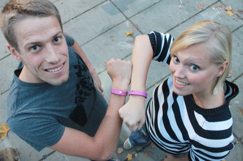 Freiburger Triathlet Maurice Clavel und chilli-Redakteurin Tanja Bruckert haben das Fitbit-Flex-Armband eine Woche lang getestet.