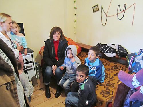 Schlimme Behausung: Ein eMitarbeiterin des Jugendhilfswerks und drei Kinder der Familie Ametovic.