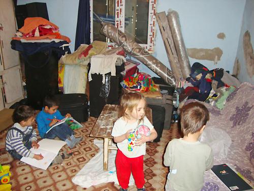 Die Kinder müssen in einer schimmelbefallenden Wohnung spielen.