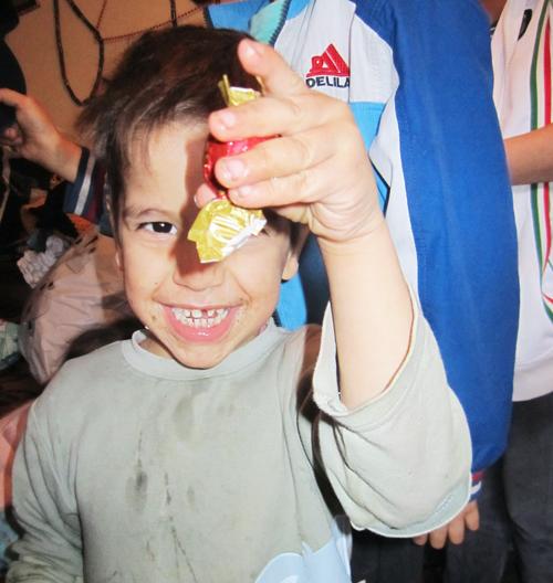 Glücksmomente: Erwin (4) freut sich über mitgebrachte Süßigkeiten aus Freiburg.