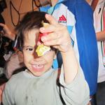 Glücksmomente: Erwin freut sich über die mitgebrachten Süßigkeiten aus Freiburg.
