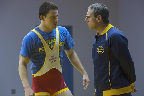 John (Steve Carell, rechts) setzt auf seinen besten Ringer Mark (Channing Tatum).