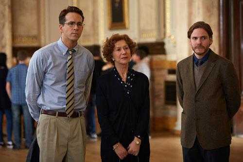 n Wien bekommen Randy Schoenberg (Ryan Reynolds, links) und Maria Altmann (Helen Mirren) wertvolle Tipps vom Enthüllungsjournalisten Hubertus Czernin (Daniel Brühl).