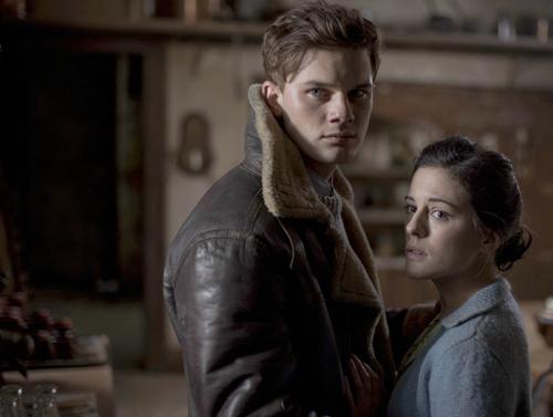 Pilot Harry Burnstow (Jeremy Irvine) will Eve (Phoebe Fox) gegen die Macht eines weiblichen Gespenstes verteidigen.