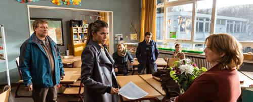 Frau Müller muss weg: Jessica (Anke Engelke, zweite von links) überreicht der Lehrerin (Gabriela Maria Schmeide, rechts) eine Unterschriftenliste der besorgten Eltern.