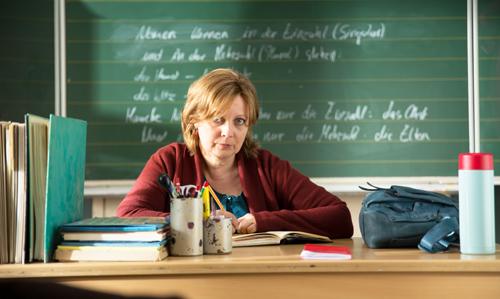 Frau Müller (Gabriela Maria Schmeide) ist viel zu gutmütig, um die ausgefuchsten Winkelzüge der überreagierenden Eltern gänzlich nachvollziehen zu können.