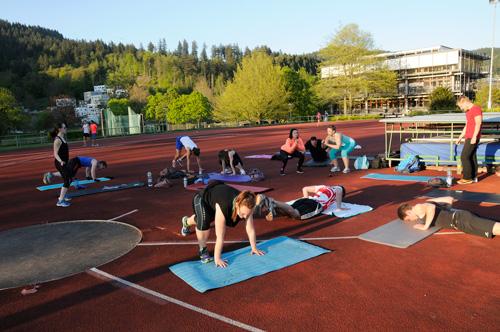 Trainieren bis die Muskeln zittern: Karoline Dombrowski und ihre Freeletics-Gruppe.