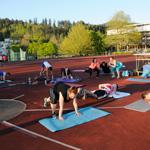 Trainieren bis die Muskeln zittern: Karoline Dombrowski (Bild rechts) und ihre Freeletics-Gruppe.