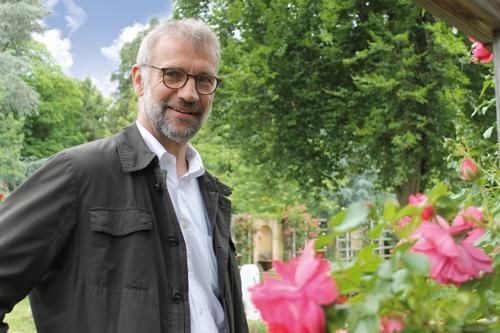 Einsegnungshalle, Rosengarten, Weiher: Der neue Friedhofsleiter Martin Leser kennt die schönsten Ecken auf dem Freiburger Hauptfriedhof.