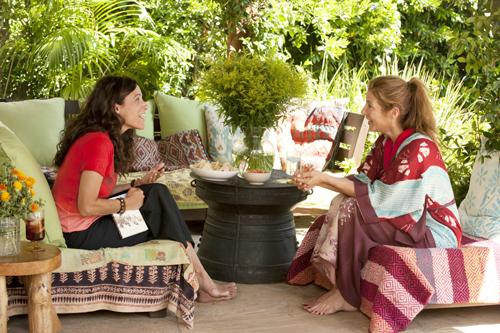 Eva (Julia Louis-Dreyfus, links) ist erstaunt über die Enthüllungen von Marianne (Catherine Keener), der Ex-Frau ihres neuen Lovers Albert.