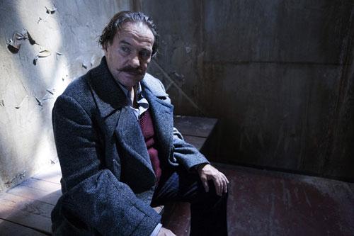 Heinrich George (Götz George) wartet alleine in seiner Zelle.