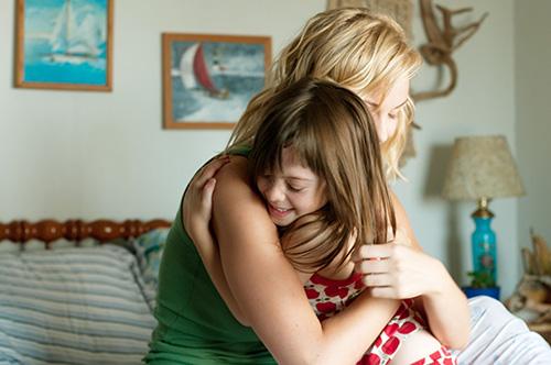 Szene mit Joanna Vanderham und Onata Aprile.