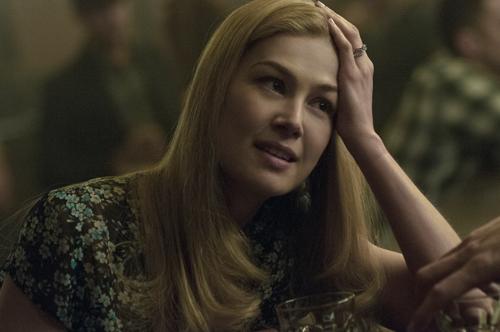 Was geht in diesem hübschen Kopf von Amy (Rosamund Pike) vor? Das fragt sich neben Ehemann Nick auch zunehmend der Zuschauer.