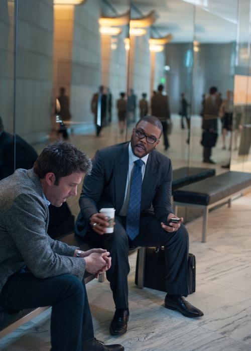 Der teure Top-Anwalt aller vermeintlichen Ehefrauen-Mörder Tanner Bolt (Tyler Perry) hört sich Nicks (Ben Affleck) ungeheuerliche Geschichte an.