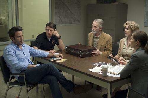 Detective Rhonda Boney (Kim Dickens, rechts) verhört Nick (Ben Affleck, links) unter den Argusaugen ihres skeptischen Kollegen Jim (Patrick Fugit) und der Schwiegereltern Rand (David Clennon, Mitte) und Marybeth (Lisa Banes).