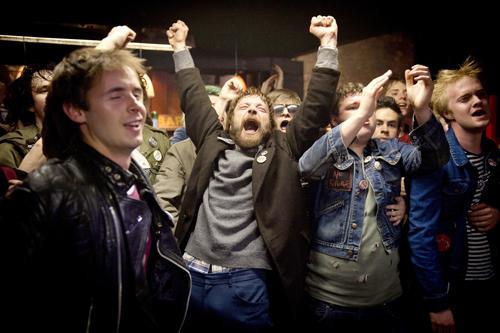 """Bier und Punkmusik und die Welt ist in Ordnung für Labelgründer und Ladenbesitzer Terri Hooley (Richard Dormer). Der liebenswerte Chaot wird in """"Good Vibrations"""" porträtiert."""