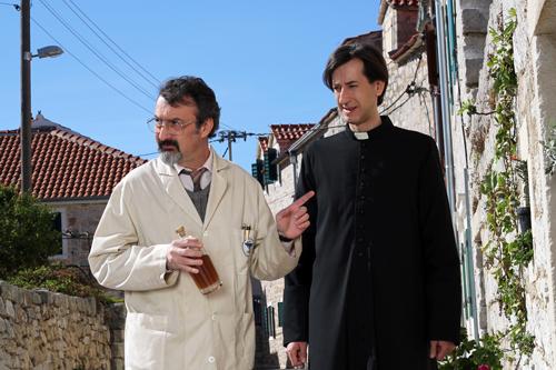 Pater Fabijan (Kresimir Mikic) und der Apotheker Marin (Drazen Kuhn, links) handeln nicht unbedingt mit dem Segen von oben.