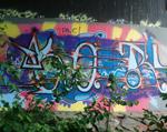 Graffiti unter einer Brücke.