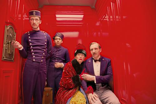 Monsieur Gustave (Ralph Fiennes, rechts) tröstet die exzentrische Madame D. (Tilda Swinton) im knallroten Aufzug des Grand Budapest Hotels.