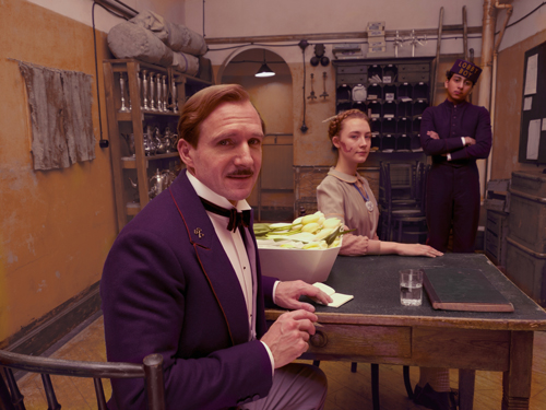 Halten Werte wie Stil, Anstand und Sinnesfreude hoch: Der Concierge Gustave (Ralph Fiennes, links), die Zuckerbäckerin Agatha (Saoirse Ronan) und der treue Lobby Boy Zero (Tony Revolori).
