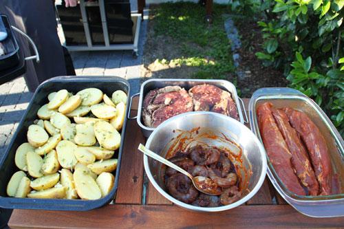 Chili-Garnelen und anderes Eingelegtes warten auf den Grill.