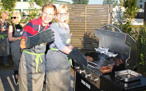 """Die chilli-Redakteure Steve Przybilla und Tanja Bruckert versuchen sich als Grillmeister bei """"Cook & Live""""."""