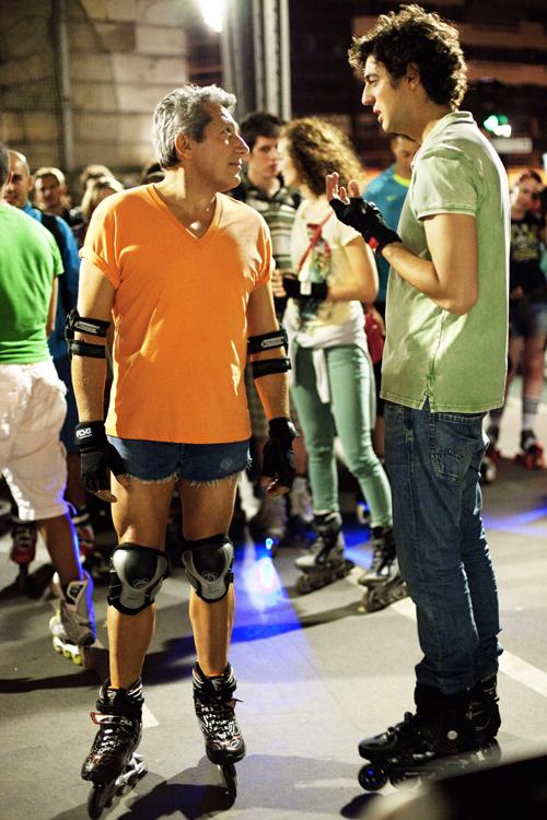 Mit Skating versucht Gilbert (Alan Chabat, links) wieder jung zu werden, Thomas (Max Boublil) unterstützt ihn etwas ungelenk.