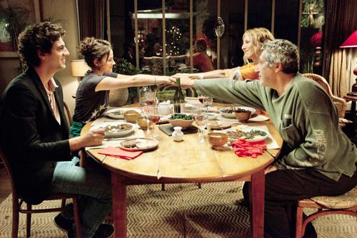 Ehe-Kritik beim Abendessen: Die frisch gebackenen Verlobten Thomas (Max Boublil, links) und Lola (Mélanie Bernier) bekommen es mit den Partnerschafts-Veteranen Suzanne (Sandrine Kiberlain, rechts) und Gilbert (Alain Chabat), Lolas Eltern, zu tun.