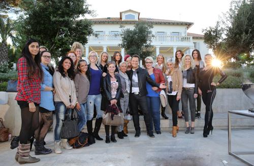 """""""Schönheit ist eben doch eine Kombination von ganz, ganz vielen Merkmalen"""": Stardesigner Guido Maria Kretschmer (Mitte) empfängt die 20 auserwählten Kandidatinnen auf die Sonneninsel Mallorca."""