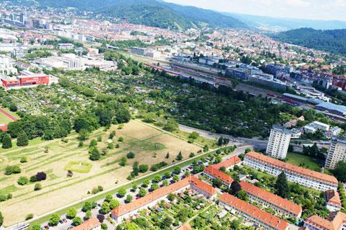Aus der Adlerperspektive:  Etwa in der Breite der Wiese  am Rande der Gartenstadt wird sich das neue  Baugebiet bis zur Bahnlinie im Süden ziehen.