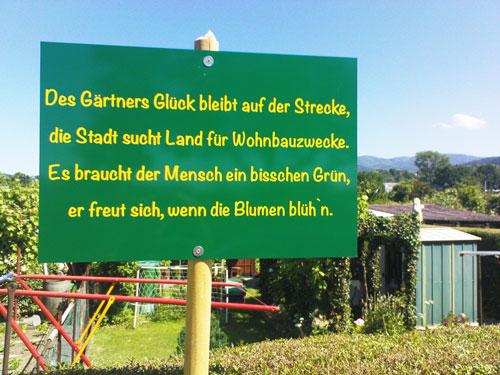 Protestschild:  Auch die Kleingärtner östlich der Eschholzstraße müssen ihre Parzellen bald räumen.