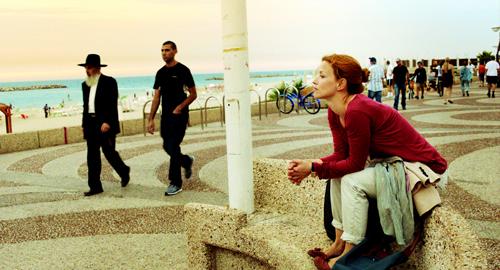 Hanna (Karoline Schuch) macht Erfahrungen mit einem Land, das sich in einem permanenten Ausnahmezustand befindet. Außerdem ist sie in ihren jüdischen Betreuer (Doron Amit) verliebt.