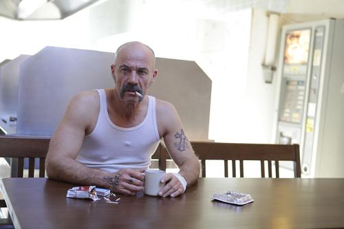 Ein gesundes Frühstück: Harms (Heiner Lauterbach) plant einen Banküberfall, der ihn und seine Kumpel von Geldsorgen befreit.