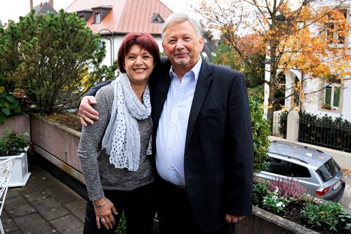 Nun haben sie sich erstmals im Arm: Nach einem chilli-Bericht suchte Michael Hausin seinen leiblichen Vater – und fand seine Halbschwester Agnés Artaud, die ihn nun in Freiburg besuchte.
