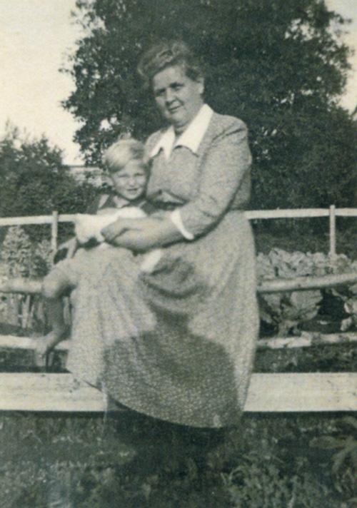 Oma Katharina mit klein Michael
