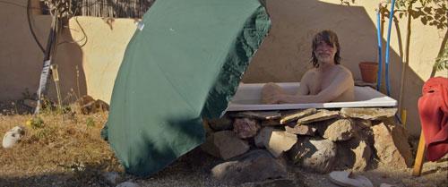 Helge Schneider nimmt in der texanischen Wüste ein Bad - und philosophiert über seine Körpergröße.
