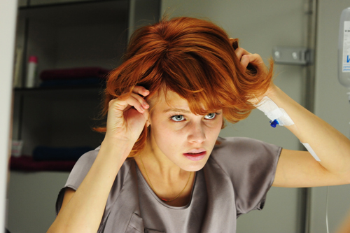 Sophie (Lisa Tomaschewsky) entwickelt eine Strategie, mit dem Krebs klarzukommen: Sie wechselt täglich die Perücke.