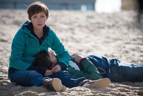 Ein Todesschatten legt sich über die Fahrradreise: Hannes (Florian David Fitz) und dessen Frau Kiki (Julia Koschitz) am Strand von Ostende.