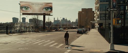 Geleitet von ihrem Augenpaar, das er in der ganzen Stadt sieht, sucht Ian (Michael Pitt) nach einer Unbekannten, die er nur als Maskierte kennt.