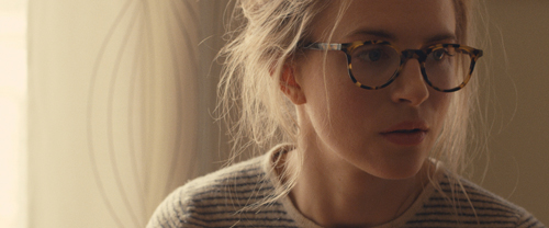 Karen (Brit Marling) unterstützt Ian zunächst nur bei seinen Forschungen, ehe sie auch im privaten Leben seine Partnerin wird.