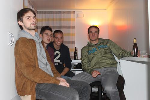 Wie in der WG: Philipp, Michael, Tobias und Florian testen die neuartigen Wohnmodule.