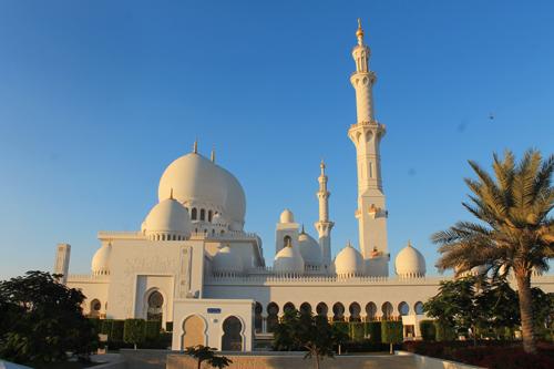545 Millionen US-Dollar: In der Scheich-Zayed-Moschee hängen auch deutsche Swarowski-Kristalle. Natur pur mit Delfinen hingegen auf dem Dhau in Musandam.
