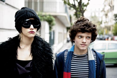 Ein Bild wie aus Vogue - endlich sind Olivia (Tea Falco) und Lorenzo (Jacopo Olmo Antinori) wieder frei.