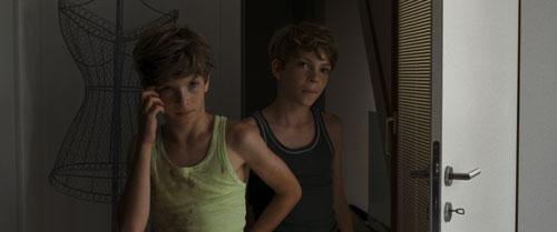 Auch im Film heißen die Zwillinge Lukas und Elias Schwarz Lukas und Elias. Sie quälen ihre vermeintliche Mutter nach einer Gesichtsoperation.