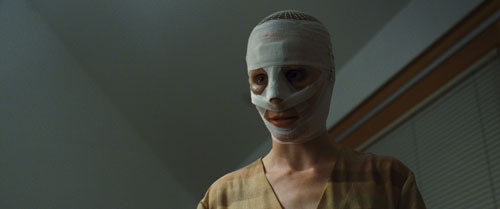 Die Schauspielerin Susanne Wuest spielt ihre Mutter-Rolle hinter der Maske mit beängstigender Disziplin.
