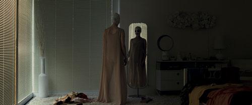 Das Regieduo Veronika Franz und Severin Fiala schafft es, mit kalkulierten Lichteffekten und Geräuschen, Grusel zu erzeugen. Wer ist die Dame vor dem Spiegel (Susanne Wuest) wirklich?
