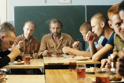 Adam (Andrzej Chyra, Mitte) kümmert sich um schwer erziehbare Jungs.