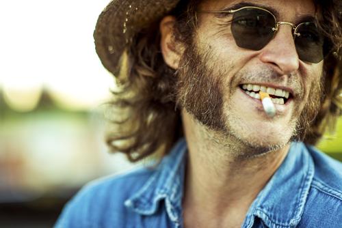 Doc Sportello (Joaquin Phoenix) genießt das Leben in vollen Zügen aus der Tüte.